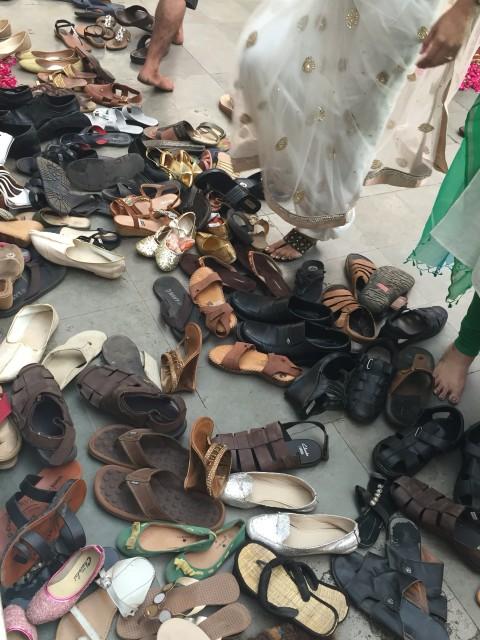 Schuhe_vor_Tempel_Indien.jpg